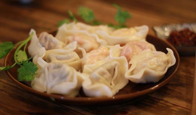 馄饨最早起源于中国北方,不过却在南方被发扬光大。广东叫云吞,四川叫抄手,江西称清汤,湖北叫包面。关于馄饨的包法也是多种多样,经过实践,发现莲花馄饨,元宝馄饨,还有港式云吞的包是比较不错的 ~ 这些方法有一个最重要的特点就是包法简单能够包进的肉馅多,所以推荐这三种方法哦!其它的方法则推荐给对各种馄饨包法感兴趣的朋友。 莲花馄饨 港式云吞 元宝馄饨 草帽馄饨 温州馄饨 四川抄手 金鱼馄饨 北方版元宝馄饨 绉纱馄饨 天使馄饨